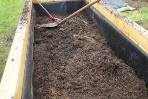 Die untere Erdlage, der Kompost ist bereits drunter.